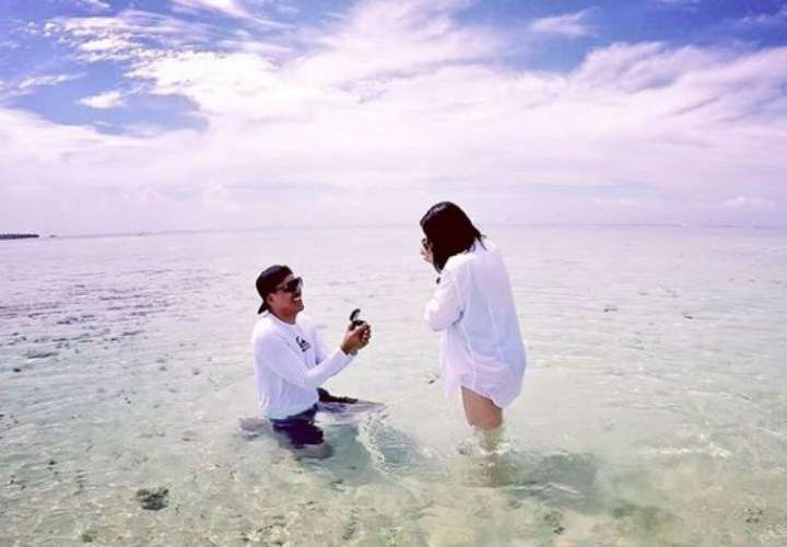Jahir Fussa le propone matrimonio a su novia.