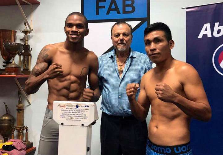 Jaime Arboleda (izq.) y José Saant en la ceremonia de pesaje oficial. Foto: Cortesía