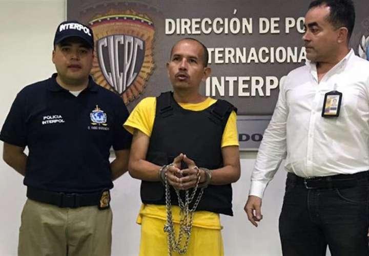 Juan Carlos Sánchez Latorre (c), conocido por el alias de Lobo Feroz, antes de ser extraditado desde Venezuela hacia Colombia. EFE