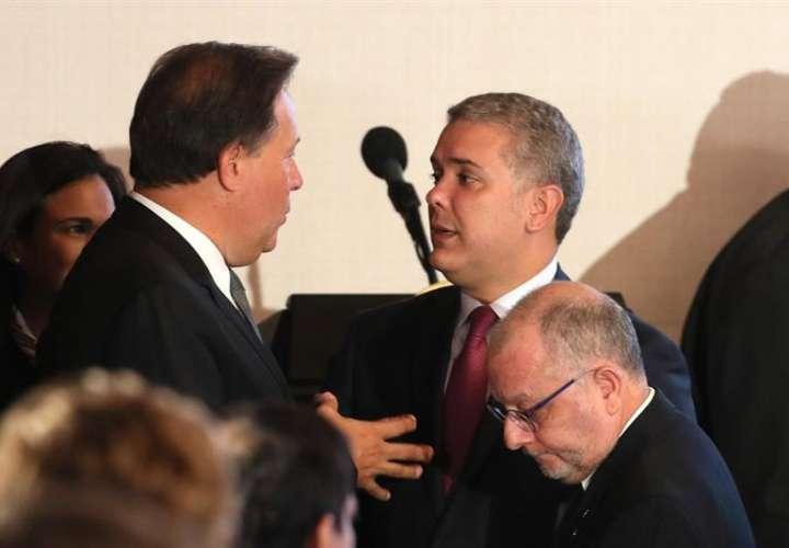 El presidente de Colombia, Iván Duque (d), conversa con el presidente panameño, Juan Carlos Varela, durante el inicio de una reunión como parte de la cumbre del Grupo de Lima este lunes, en Bogotá (Colombia). EFE