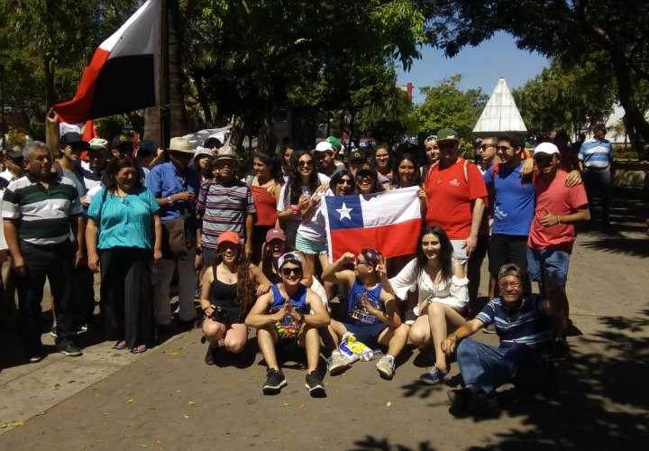 Jubilados protestan bajo la mirada de peregrinos de Costa Rica