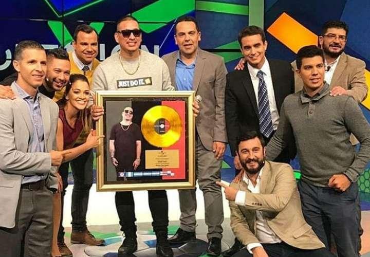 Kenny Man recibe su primer disco de oro por 'Ni Gucci ni Prada'