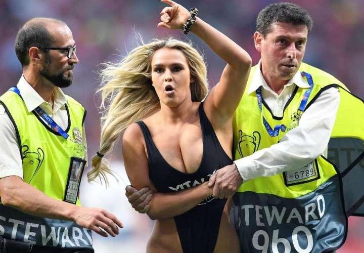 Modelo que interrumpió la final de la Liga de Campeones está molesta
