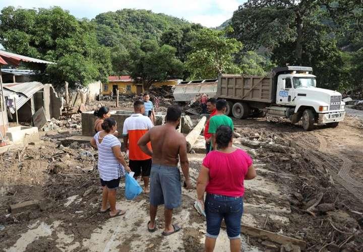 Labores de limpieza de escombros en calles y casas inundadas en el Valle de Sula, causadas por las tormentas tropicales Iota y Eta. EFE