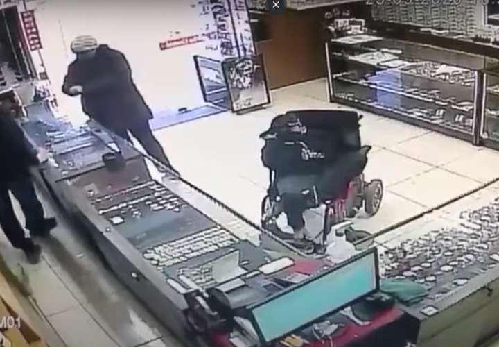 Brasil: un ladrón sin brazos asaltó joyería con un arma sujetada con sus pies