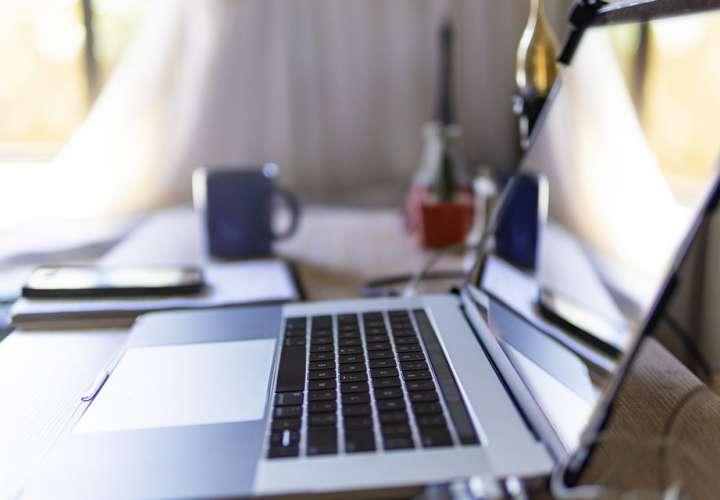 Los pillan teniendo relaciones en plena conferencia en línea