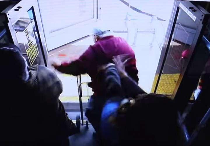 EEUU: Mujer empuja adulto mayor con andadera desde un autobús y muere (Video)