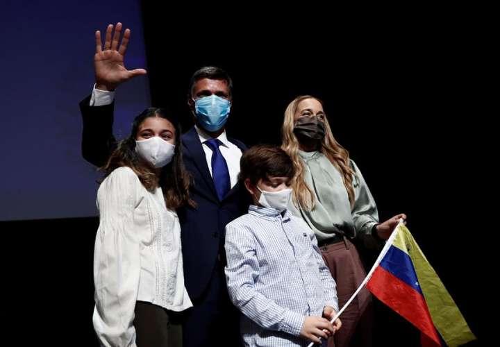 El líder opositor venezolano Leopoldo López (2-i) posa para los medios junto a su mujer, Lilian Tintori (i), y sus hijos Leopoldo (2-d) y Manuela (i) tras comparecer este martes ante los medios en Madrid. EFE