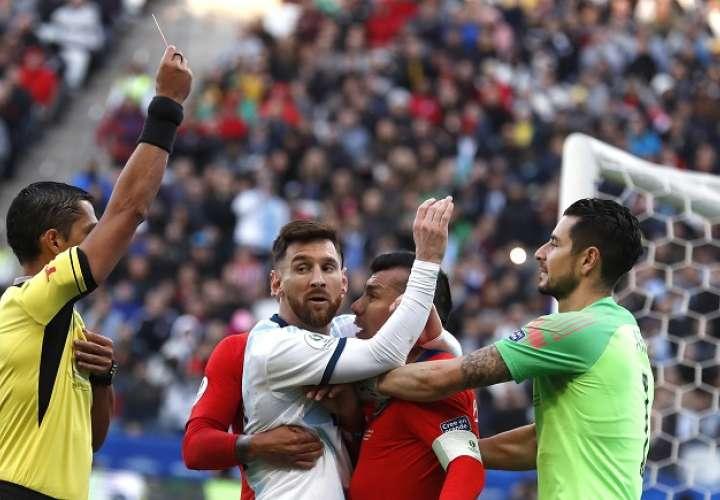Lionel Messi y Gary Medel tuvieron a punto de irse a los golpes./ AP