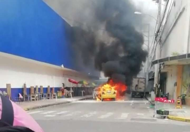 Fuego arrasa con taxi en David [Video]