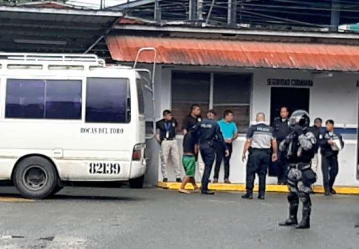 Miembros de secta llegan a Bocas para enfrentar audiencia por homicidios [Video]