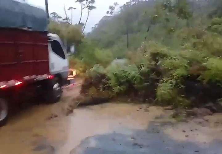 Deslizamientos de tierra, daños en puentes y vías por lluvias en Chiriquí
