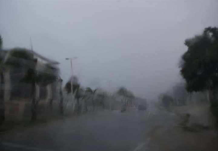 Durante la tarde se han observado campos nubosos ingresando en el país asociados a una vaguada en superficie en la parte occidental de Cuba, y una baja sobre las islas Bahamas, a lo que se suma el viento cálido del este/sureste que trae humedad. Foto: EFE