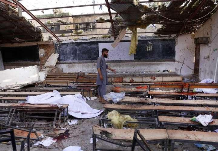 Un hombre inspecciona el lugar en el que se ha producido un atentado suicida en Kabul (Afganistán) hoy, 15 de agosto del 2018. EFE