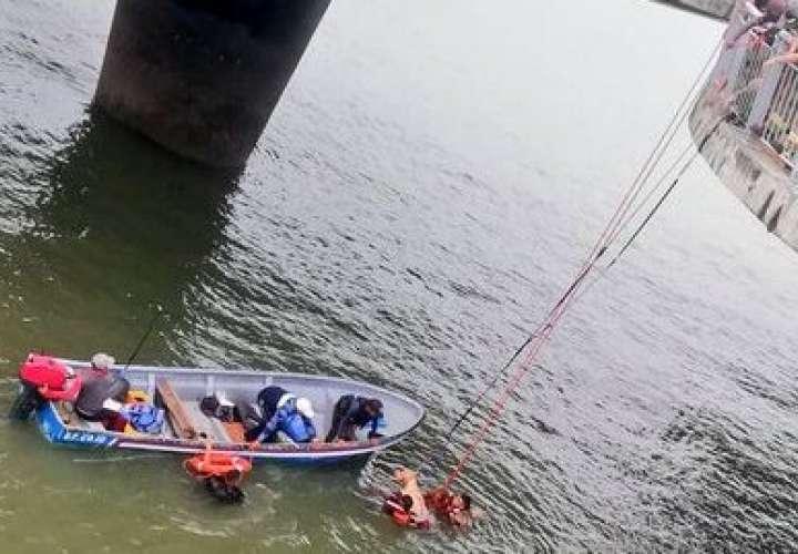 Rescatan a extranjero y sus dos perros al caer al mar [Video]