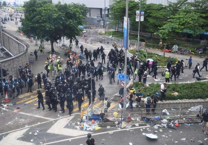 olicías y manifestantes se enfrentan durante las protestas en contra de la polémica ley de extradición ante el Consejo Legislativo en Hong Kong, China. EFE