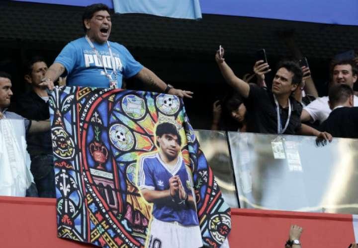 El exjugador Diego Maradona está en Rusia viendo los partidos de Argentina. Foto:AP