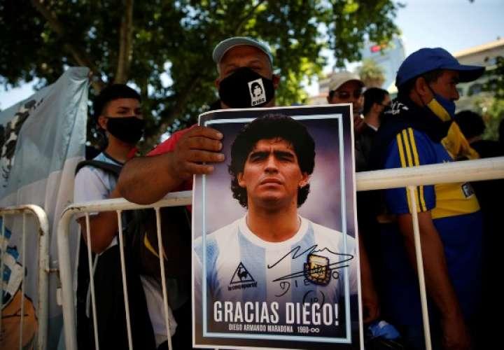 Los fanáticos de la leyenda del fútbol Diego Armando Maradona acuden a visitar la capilla funeraria instalada en la Casa Rosada, hoy en Buenos Aires (Argentina). Foto: EFE
