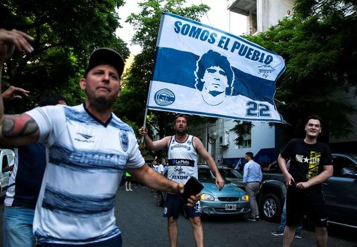 Los fanáticos de Gimnasia La Plata pedían la continuidad de Maradona. / Foto EFE