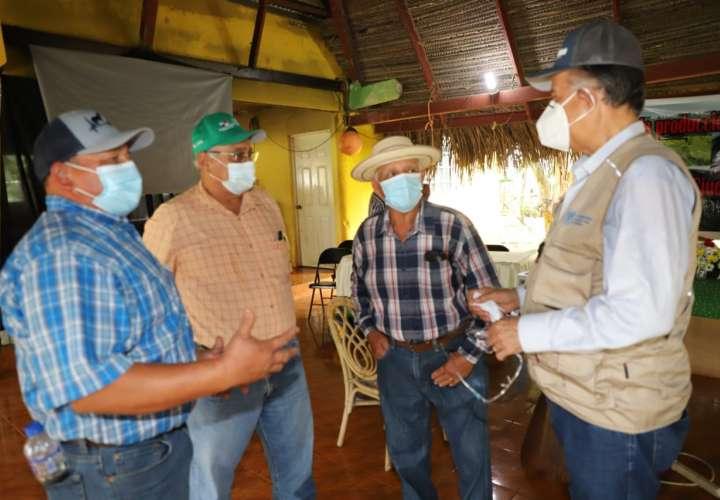 Productores de Mariato afectados por lluvias reciben ayuda