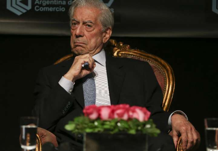Mario Vargas Llosa sale del hospital