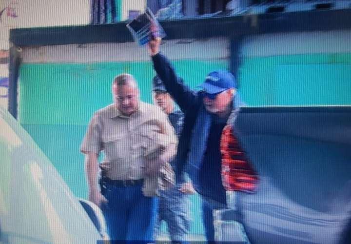 Martinelli llega alegre a la audiencia tras cese de detención preventiva