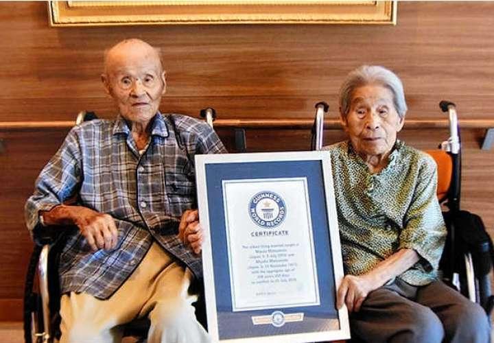 Masao Matsumoto, a la edad de 108 años y su esposa, Miyako, de 101 años.
