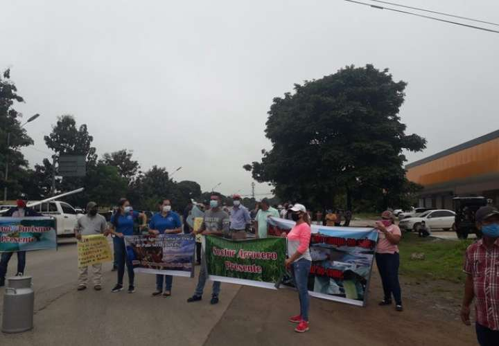 Productores y residentes de Mariato-Atalaya exigen reparación de la carretera