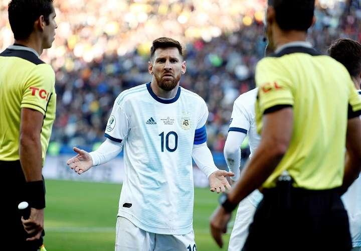 Lionel Messi de Argentina reclama luego de ser expulsado durante el partido Argentina-Chile por el tercer puesto de la Copa América de Fútbol 2019. Foto: EFE