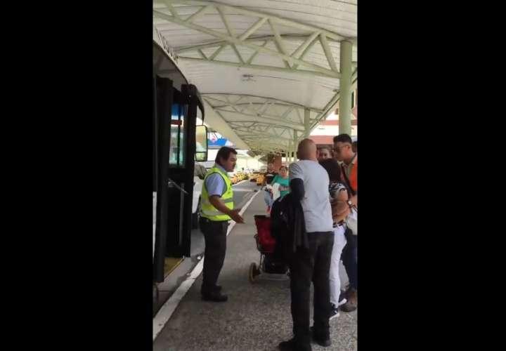 Conductor de metrobús intenta arrebatarle el celular a una pasajera (Video)