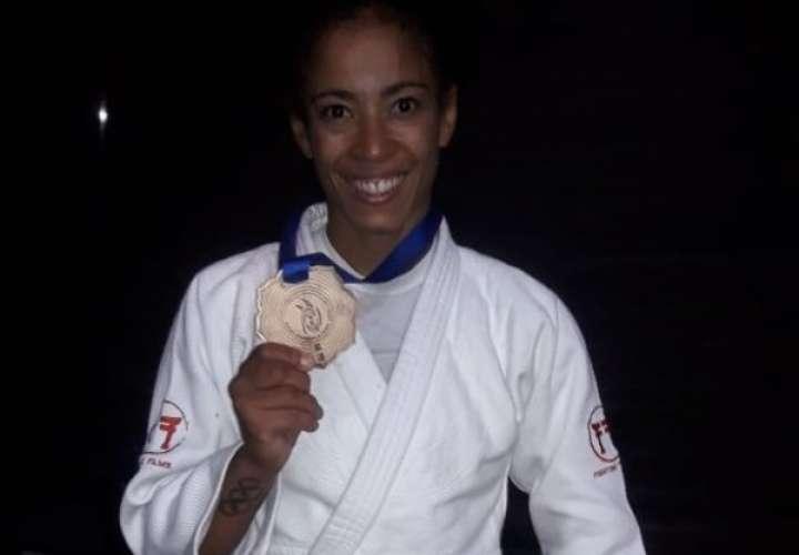Miryam Roper muestra la medalla de oro alcanzada en el Campeonato Panamericano Seniors que se celebra en Guadalajara, México. Foto: Cortesía
