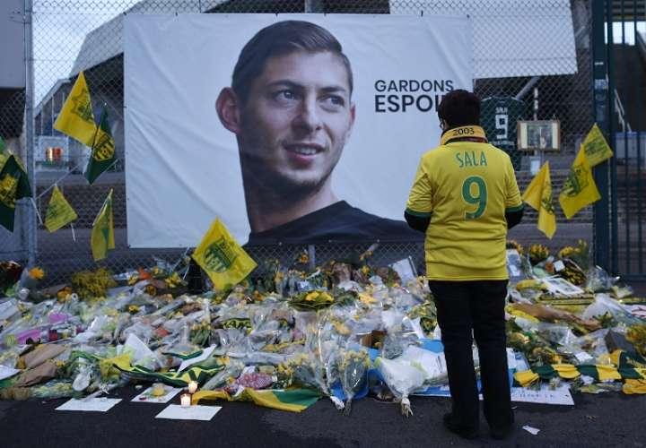 Aficionados del equipo FC Nantes rinden tributo al jugador argentino Emiliano Sala. /AP
