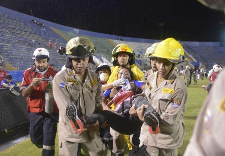 Una afectada del incidente es trasladada a un centro hospitalario. Foto: EFE