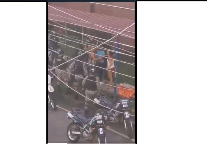 ¡Ver...! Puños, patadas y jaladera entre vendedor de pan y policías (Videos)