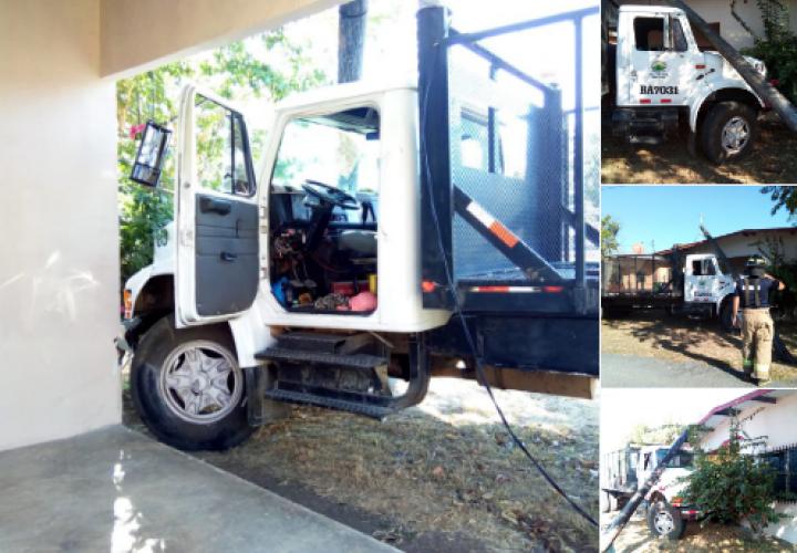 Camión se estrella contra vivienda y derriba poste en Chiriquí