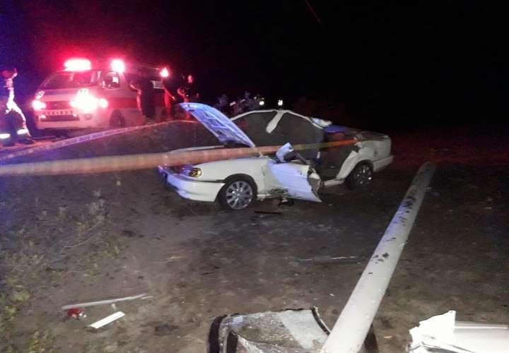 Automóvil choca contra poste, lo aplasta, uno de los ocupantes muere