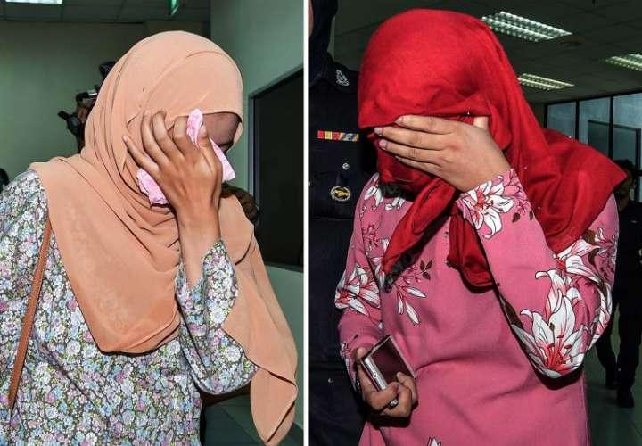 Pareja de mujeres malasias que recibieron seis azotes cada una tras ser condenadas por tratar de mantener relaciones sexuales en violación de las estrictas leyes islámicas que se aplican solo a la población musulmana del país. EFE
