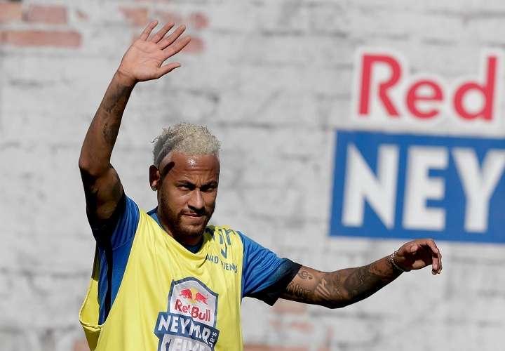 El futbolista brasileño Neymar participa en la final del torneo Red Bull Neymar Jr's Five. Foto: AP