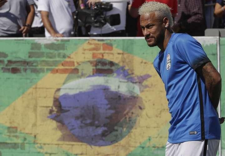 Neymar llegó este lunes a la concentración del PSG. Foto: AP
