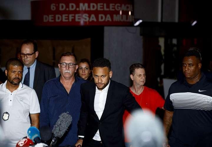 El futbolista brasileño Neymar Jr. deja la Comisaría de Defensa de la Mujer este jueves en Sao Paulo (Brasil), después de dar testimonio. Foto: EFE