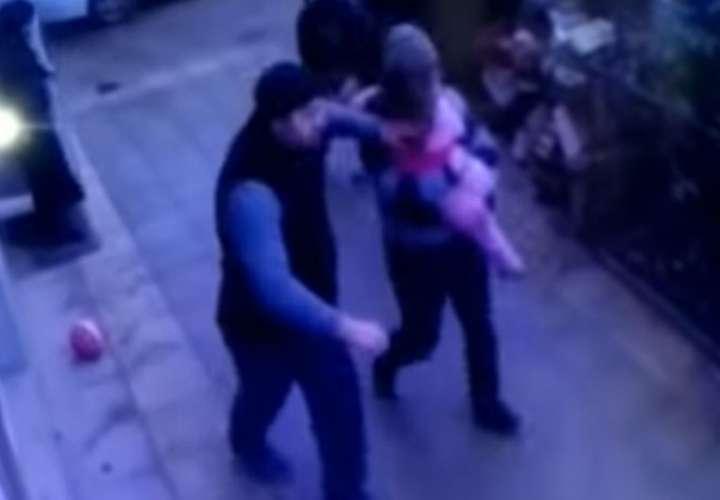 Rusia: Niña de 5 años se sale por la ventana de apartamento y cae 5 pisos abajo