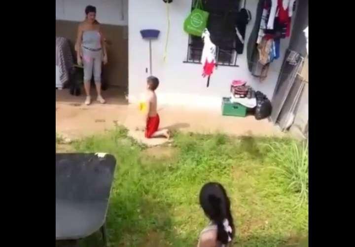 Imputan cargos por maltrato infantil contra abuela que arrodilló niños bajo sol