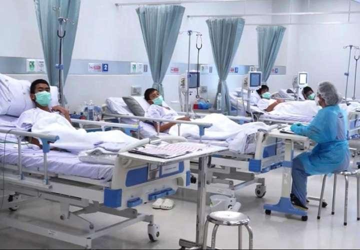 Varios de los niños rescatados de la cueva Tham Luang son atendidos en el hospital, en la provincia de Chiang Rai (Tailandia), hoy, 11 de julio de 2018. EFE