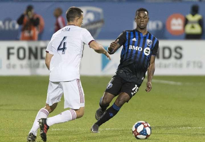 El panameño Omar Browne (der.) durante el juego de la noche del miércoles. Foto: AP