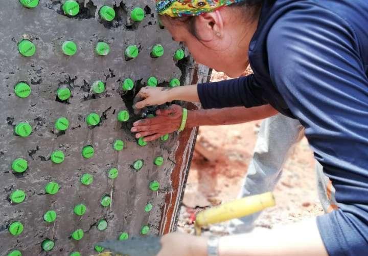 Panamá construye primera casa comunal de botellas plásticas de Centroamérica