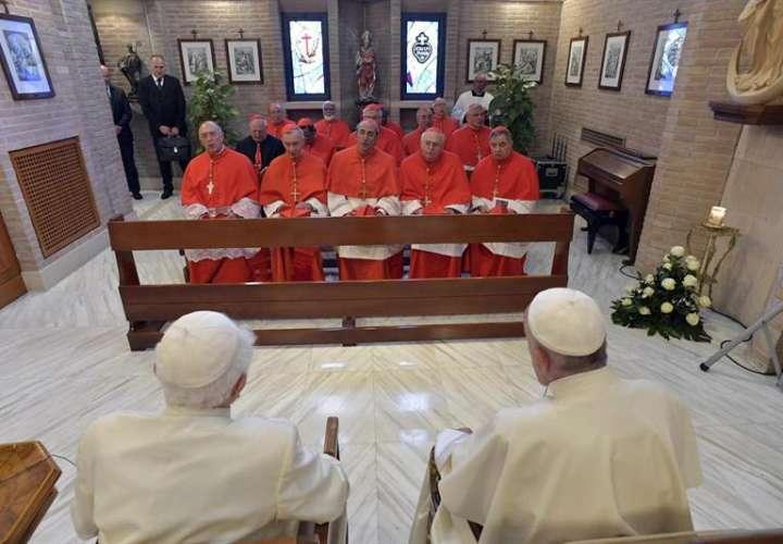 El papa Francisco (c-d) durante una ceremonia para nombrar nuevos cardenales en El Vaticano. Foto: EFE
