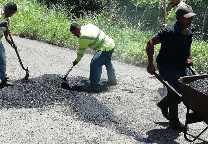 Reparan vías en puntos críticos de Costa Abajo de Colón