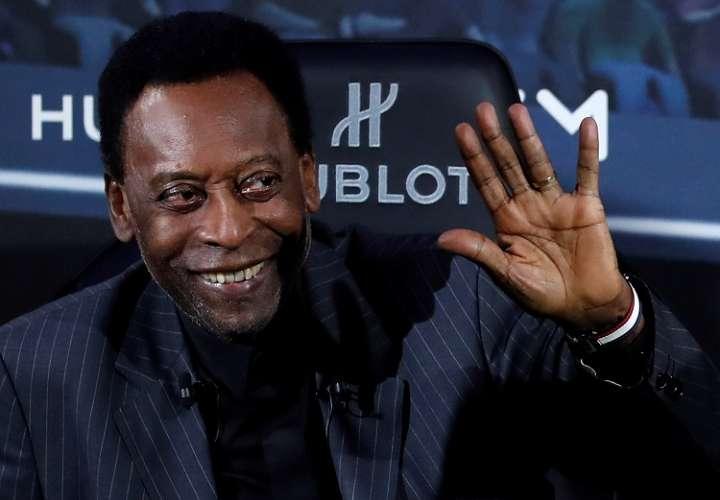 La leyenda del fútbol Pelé posa durante un acto de una marca suiza de relojes celebrado este martes 2 de abril en París. Foto: EFE
