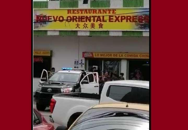 Le sueltan bala dentro de un restaurante de Panamá Oeste