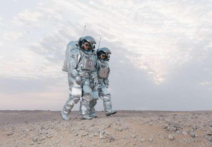 Astronautas análogos Joao Lousada (izquierda) y Stefan Dobrovolny paseando por el desierto de Omán. Foto:  ÖWF (Florian Voggeneder) (Austrian Space Forum) EFE